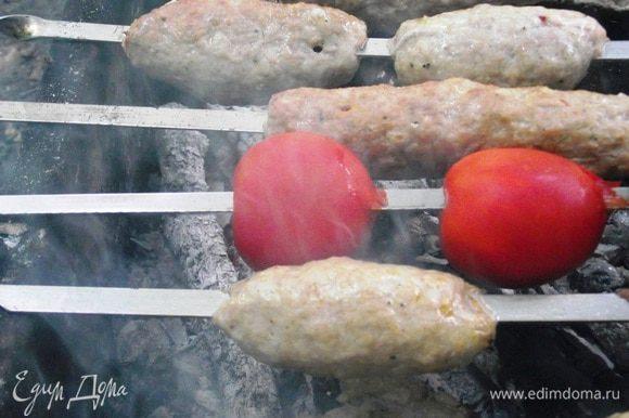 Готовится люля-кебаб на достаточно жарких углях, поворачивать его надо чаще, чем другой шашлык, и желательно постоянно обмахивать чем-либо, чтобы он не пересушился в горячем воздухе, поднимающемся от углей, но быстро запекался. Приподнимайте шампуры и осматривайте ту сторону, которая жарится: как только увидите, что мясо изменило цвет, переворачивайте.