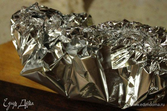Фольгу свернуть в два слоя, налить сверху 4 ч.л. соуса, сверху положить обжаренную грудку и залить оставшимся соусом. Завернуть в виде лодочки грудку, и отправить в заранее разогрую духовку до 190 градусов на 10-15 минут.