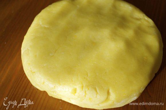 Тесто получается очень податливое в работе. В холодильник его убирать не надо! На рабочей поверхности (при необходимости припылить слегка мукой) раскатать тесто в пласт...