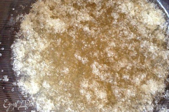 В это время желатин зальем 3 ст. л. холодной воды до набухания.