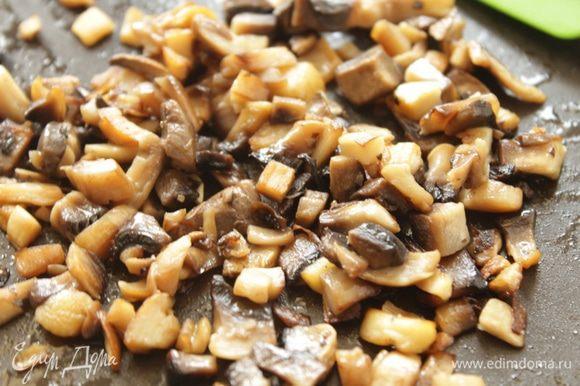 Оставшуюся половину грибов мелко порезать и обжарить.