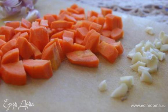Чеснок и морковь нарезать кубиками.