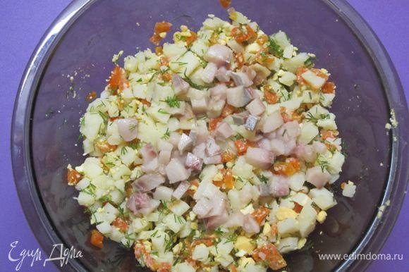 Смешать нарезанные продукты с сельдью, желтками и укропом. Посолить, поперчить, заправить майонезом.