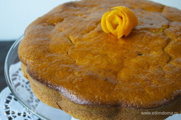 Можно не смазывать пирог вареньем и просто обильно присыпать сахарной пудрой... В общем, украсить по Вашему желанию.