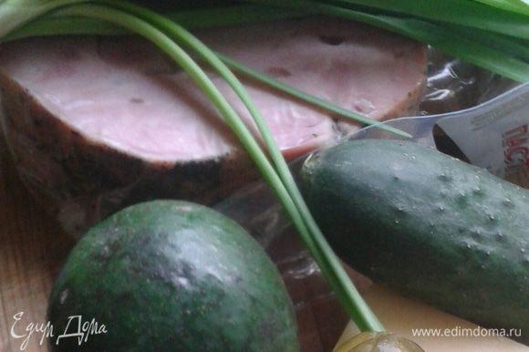 Авокадо почистить, нарезать мелкой соломкой.