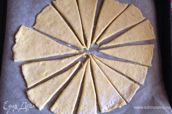Разрезать пласт на кусочки любой формы. Немного раздвинуть их между собой.