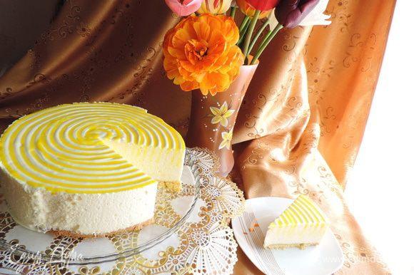 Вот и разрез торта. Торт прекрасно режется сухим ножом даже на очень тоненькие кусочки. Кусочки торта прекрасно держат форму.