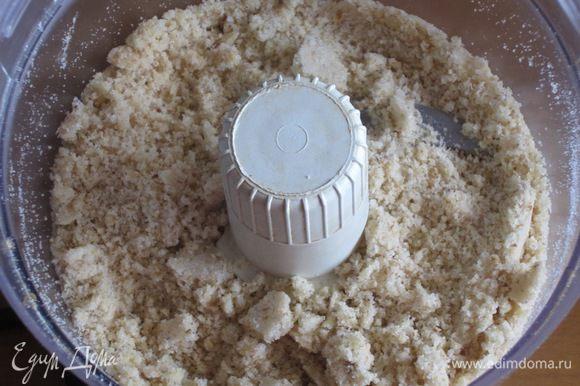 Грецкие орехи с сахаром измельчить в блендере.