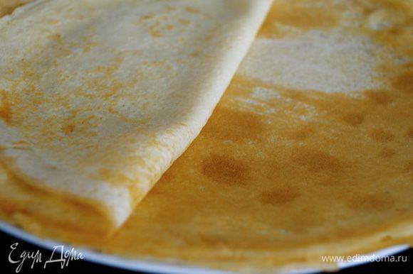 Смазать сковороду для жарки растительным маслом и поставить на большой огонь. Когда сковородка слегка задымиться, влить 1 половник теста; наклоняя сковороду, распределить тесто по всей ее поверхности. Поджарить крепы со всех сторон до светло-коричневого цвета. Теста должно хватить на 12 крепов.