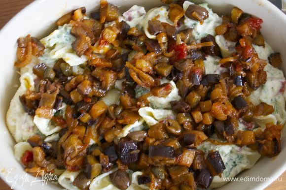 Выложить сверху соус капоната и посыпать оставшимся сыром.