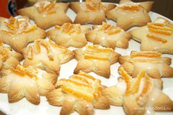 Остывшее печенье покрываем глазурью. Сверху украшаем цукатами (любыми). У меня были апельсиновые.