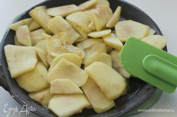 Небольшое количество воды (1-2ст.л) доводим до кипения с 1-2 столовой ложкой сахара. В полученном сиропе потушить почищенные и порезанные на дольки яблоки, около 5 минут.