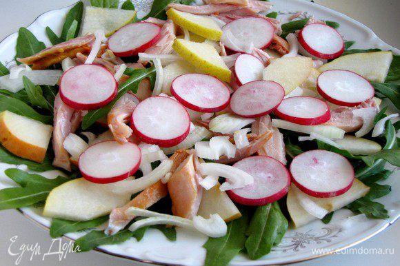 Добавить колечки редиса и белый лук.