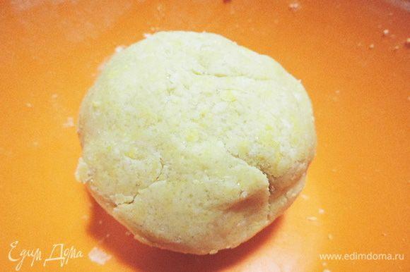 Добавляем сахар, желток и быстро замешиваем тесто. Если понадобиться, можно добавить 1-2 столовые ложки ледяной воды. Я добавила 1 столовую ложку. Собираем тесто в шар, накрываем миску пленкой и отправляем тесто в холодильник на 15 минут.