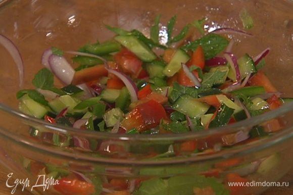 Нарезанные овощи выложить в салатницу, сбрызнуть оливковым маслом Extra Virgin, посолить, поперчить, посыпать мятой и перемешать.