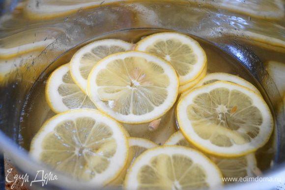 Погрузить ломтики лимона в горячий сироп и уваривать минут 25-30 до прозрачности лимонов. Сироп не должен кипеть, иначе останется одна кожура.