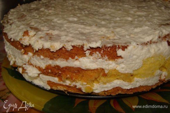 Собираем торт. Для этого нам понадобится разъемная форма, в которой он выпекался. Кладем корж, наливаем сверху крем достаточно толстым слоем. Сверху кладем еще один корж и накладываем крем, накрываем третьим коржом и смазываем торт остатками крема. Ставим в холодильник, лучше на ночь. Я украшала уже через час.