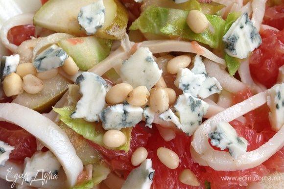 Соединить все ингредиенты и перемешать. При подаче выложить салат на листья цикория, полить заправкой, сверху накрошить сыр с плесенью и посыпать кедровыми орешками!! Кушать, опасаясь проглотить язык!!!!