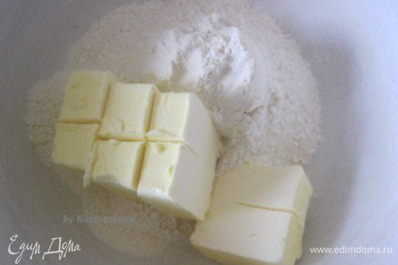 В миску просеять муку, сливочное масло или маргарин - 250 г, комнатной температуры, перетереть до крошки.