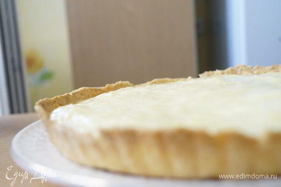 А теперь главное: сборка тарта. Охлажденный корж необходимо наполнить слегка охлажденным кремом. Разровнять его по всей поверхности.