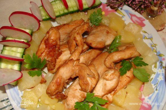 Готовое мясо выложить на листья салата. У меня их не было, поэтому я выложила на тарелку. Украсить консервированными ананасами, зеленью.