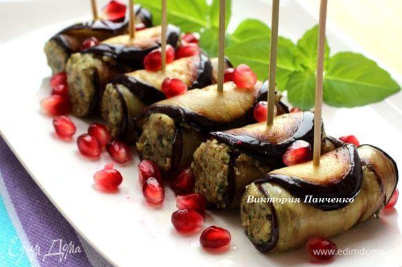 При подаче посыпать зернами граната и украсить зеленью. Кстати, на фото базилик, который вырос на моем окне)))))))))))))))))