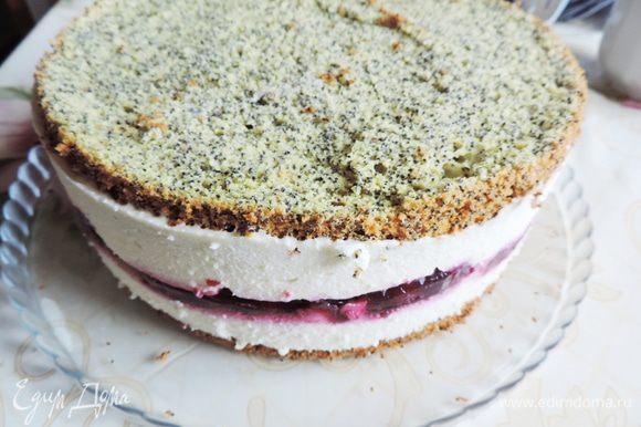 Торт с застывшим суфле освобождаем от формы. Его можно просто смазать сверху вашей любимой шоколадной глазурью, а можно приготовить белковый крем и покрыть поверхность кремом. Так будет еще вкуснее.