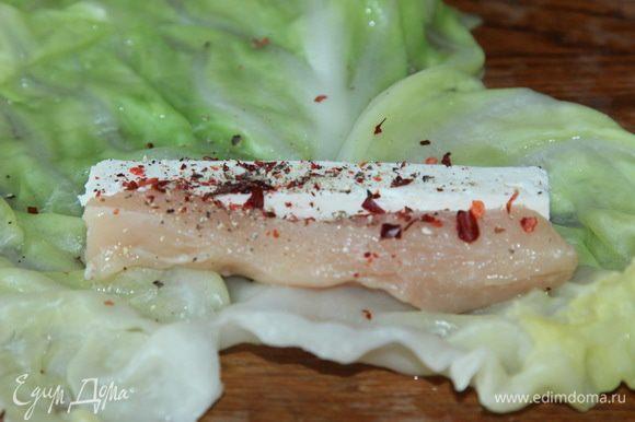На каждый лист выкладываем полоски филе и брусочек брынзы, перчим по вкусу.