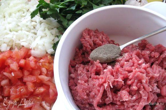 Сварить наваристый бульон. Мясо помыть, залить водой, добавить почищенный лук, морковь, лавровый лист, перец черный горошком. Довести до кипения на сильном огне, снять пену, убавить огонь до минимума и варить 2 часа. Лук измельчить, помидор порезать на кусочки.Приготовить фарш: мясо прокрутить через мясорубку.