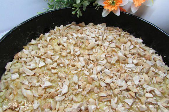 Посыпьте орешками пирог за 5 минут до готовности.