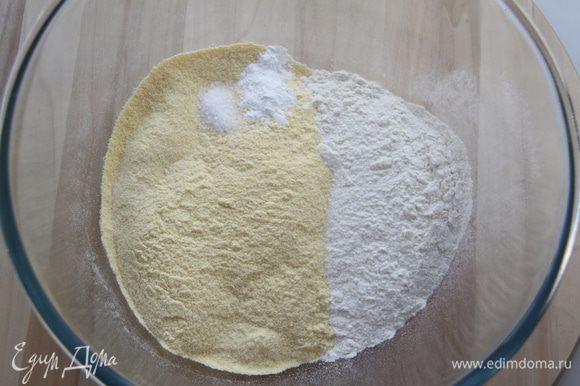 Муку просеять, добавить соль и разрыхлитель, перемешать.