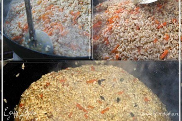 И делаем вот такую горочку. Попробуйте. Если почувствуете, что рис уже всю влагу впитал, но не готов, то можно немного добавить воды. И дать ещё пропарится. Пусть рис пропитается ароматами и вкусом специй и приправ. Огонь всё это время должен быть очень спокойным, небольшим. Чтобы не раскалять казан излишне и не сжечь рис.