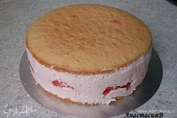 Обжарить миндаль без масла на сковороде. Торт извлечь из контура.