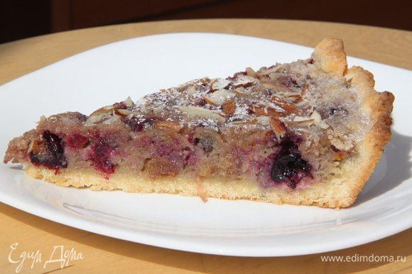 Дать пирогу немного остыть. Присыпать сахарной пудрой. Подавать в тёплом или холодном виде. Приятного аппетита!