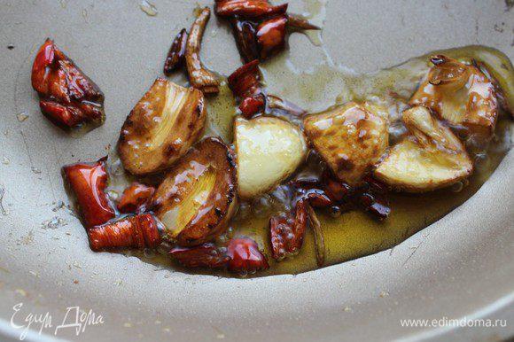 Чеснок и перец нарубить не очень мелко и обжарить на разогретом растительном масле (с добавлением кунжутного) в течение 1 минуты.