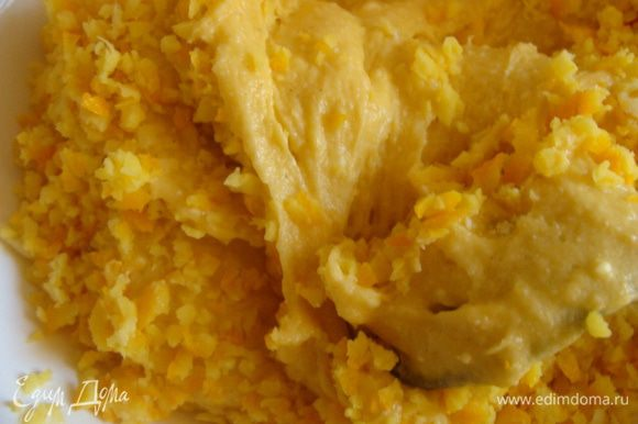 Примерно третью часть теста отложить в другую посуду, добавить измельченную цедру апельсина. Перемешать.