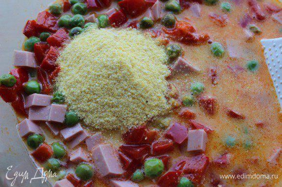 Соединить овощи, колбасу, яично-молочную смесь, сметану и паприку, добавить поленту (либо муку), перемешать, приправить солью и перцем.