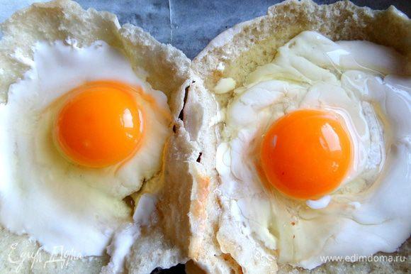 При желании можно уместить и 2 мелких яйца,а перепелиных и все 3.