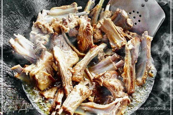 Сока мясного сразу много начнет выделяться, поэтому, чтобы ребра жарились, огонь держите под казаном сильный. Когда ребрышки, а это быстро произойдет, если масло правильно накалено, приобретут вот такой слегка зажаристый вид …