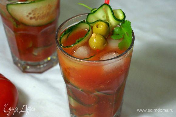 Выливаем томатный коктейль в стакан, украшаем маслинами, огурцом и веточкой кинзы... Вот такой коктейль получился!!! В этом году синоптики обещают знойное лето, и, посему, готовьте себе и своей семье этот напиток...