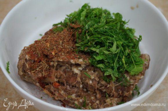 """Готовим бараний фарш. Перемалываем на мясорубке ( хорошо если есть возможность измельчить мясо покрупнее) баранину, кладем соль, приправу """"хмели- сунели""""(ее я взяла 1 чайную ложку с горкой), лук репчатый мелко порубленный, перец черный молотый, чеснок натертый на терке; укроп, кинзу и петрушку мелко порезанную, затем все хорошо соединяем. И, самое главное, чтобы хинкали были сочные, добавляем малыми порциями, как бы *вбивая* в фарш, холодную воду. Теперь наши хинкали будут с бульоном."""