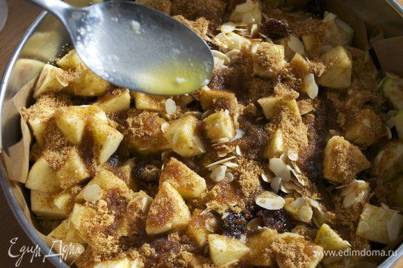 Сбрызните еще 4 ст.л. растопленного масла поверх сахара.