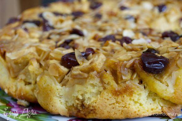 Выложить остывший пирог на сервировочное блюдо и подавать к столу с соусом...