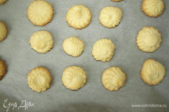 Отправляем в духовку разогретую до 180 градусов на 10-15 минут (зависит от вашей духовки). Печенье не должно сильно зарумяниться.