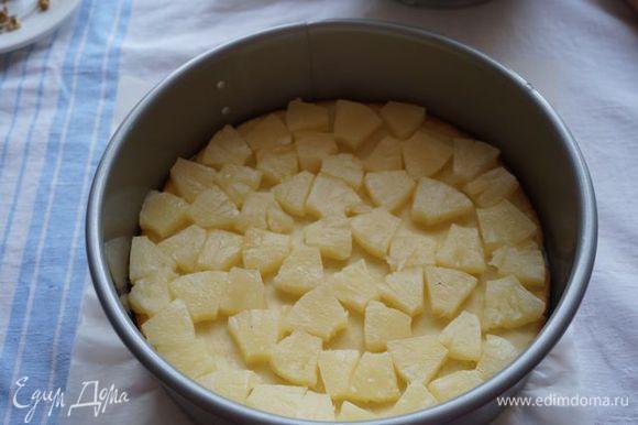 На песочную основу выложить ананас.