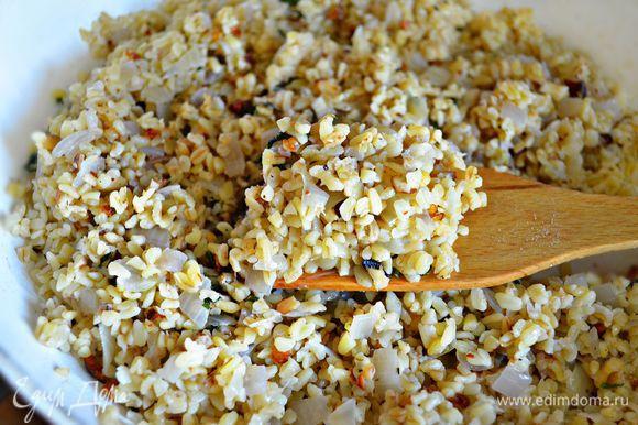 В конце приготовления добавить рубленную свежую, сухую зелень, орехи, чеснок, досолить и всё хорошо перемешать.