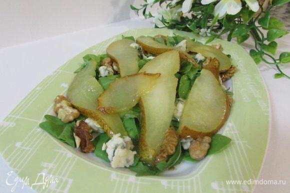 Затем выложить груши на тарелку.