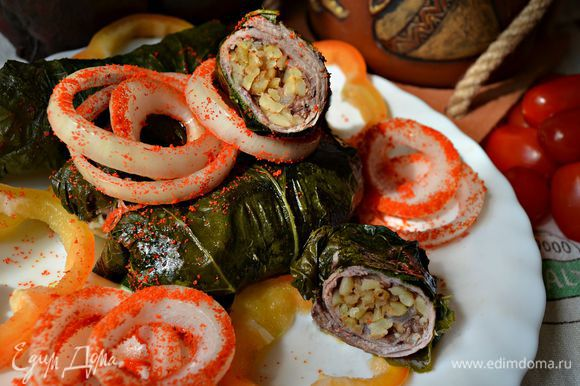В Армении долму подают с маринованным луком, мацуном, очень хорошо это блюдо сочетается и с натуральным йогуртом. Вкусно как в горячем, так и в холодном виде, особенно в летнюю жару! Приятного вам аппетита! ախորժակ!! Бари ахоржак!