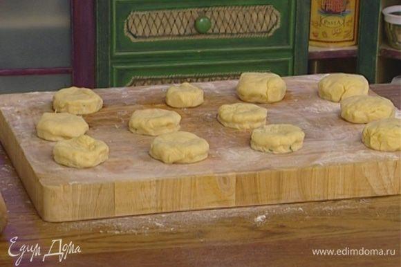 Положить один кружок на другой и скатать из них булочку.