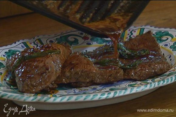 Готовое мясо переложить на прогретую керамическую тарелку или на деревянную доску, полить выделившимся при жарке соком и подавать.